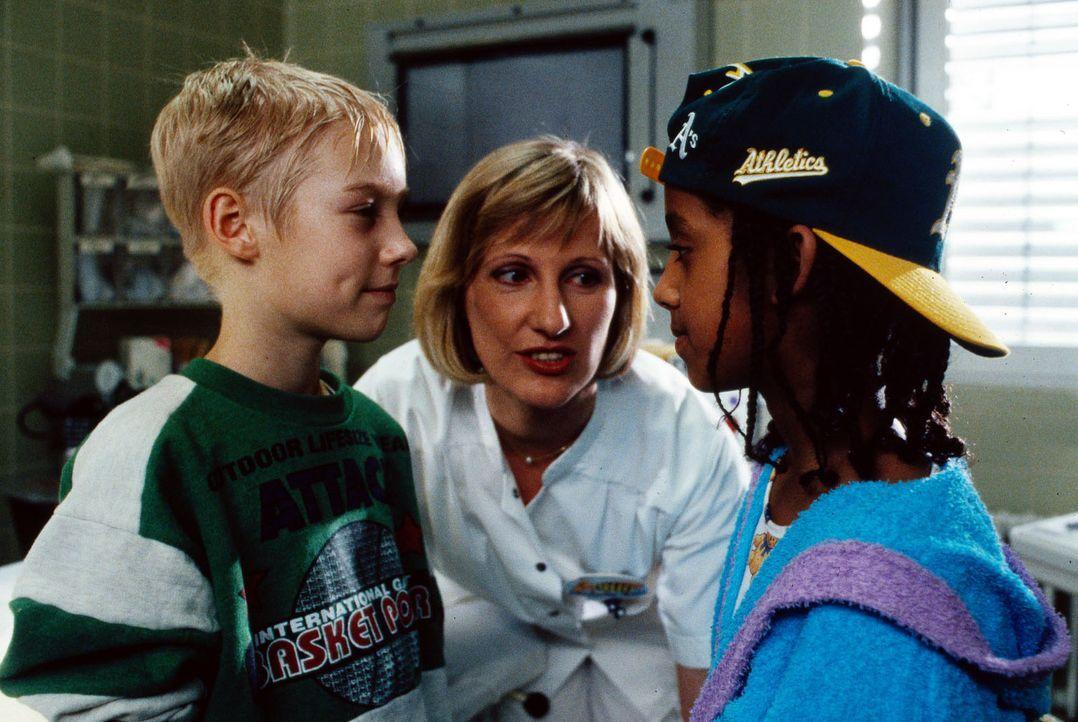 Stefan (Jens Zaubitzer, l.) bedankt sich bei Khedidja (Senait Nicola, r.), die ihm bei seinem Asthmaanfall zur Hilfe geeilt ist. Schwester Hilde (He... - Bildquelle: Bernd Spauke Sat.1