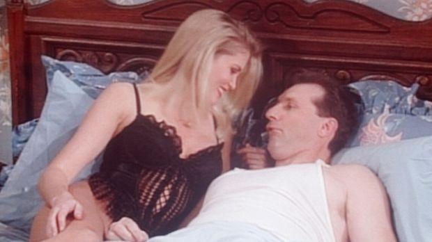 Al (Ed O'Neill, r.) träumt, dass ihn ein junges Mädchen (Robin Killian, l.) i...