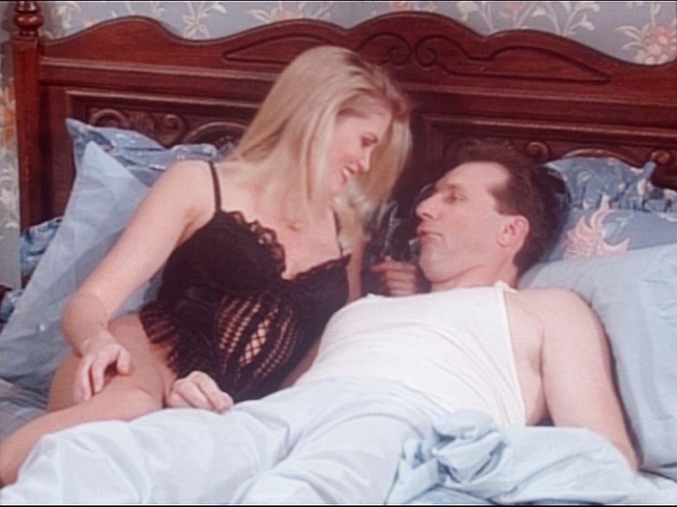 Al (Ed O'Neill, r.) träumt, dass ihn ein junges Mädchen (Robin Killian, l.) in seinem Ehebett besucht. - Bildquelle: Columbia Pictures