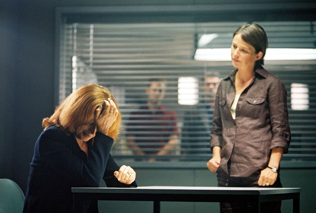 Tatjana (Andrea Jonasson, l.) wird von Dr. Krüger (Lena Stolze, r.) verhört. - Bildquelle: Thomas Kost Sat.1