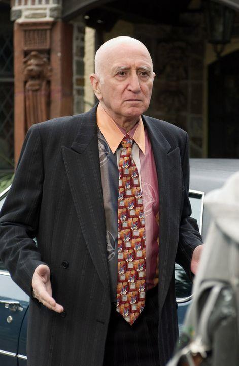 Noch ahnt Onkel George (Dominic Chianese) nicht, dass ihm bereits die Polizei dicht auf den Fersen ist ... - Bildquelle: The Walt Disney Company