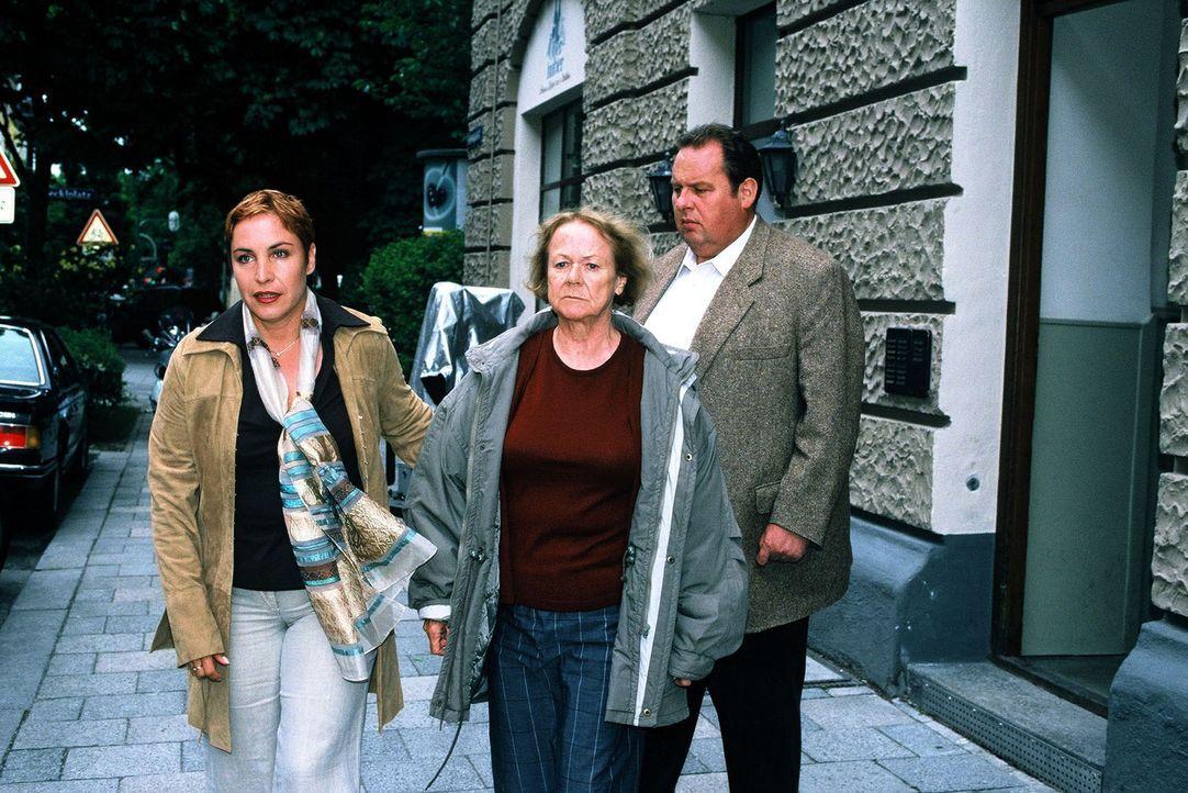 Hilda (Enzi Fuchs, M.) wird von Sabrina (Katerina Jacob, l.) und Benno (Ottfried Fischer, r.) abgeführt. - Bildquelle: Magdalena Mate Sat.1