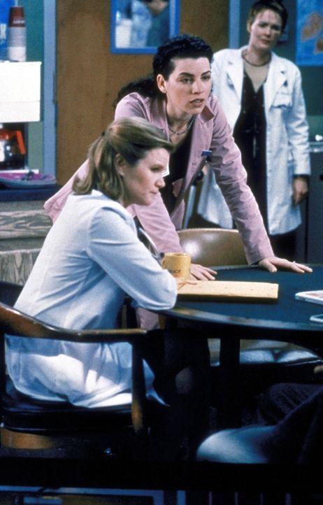 Der 8-jährige Wilson hat wegen einer Nichtigkeit seinen besten Freund erschossen. Hathaway (Julianna Margulies, M.) ist entsetzt und diskutiert den... - Bildquelle: TM+  2000 WARNER BROS.