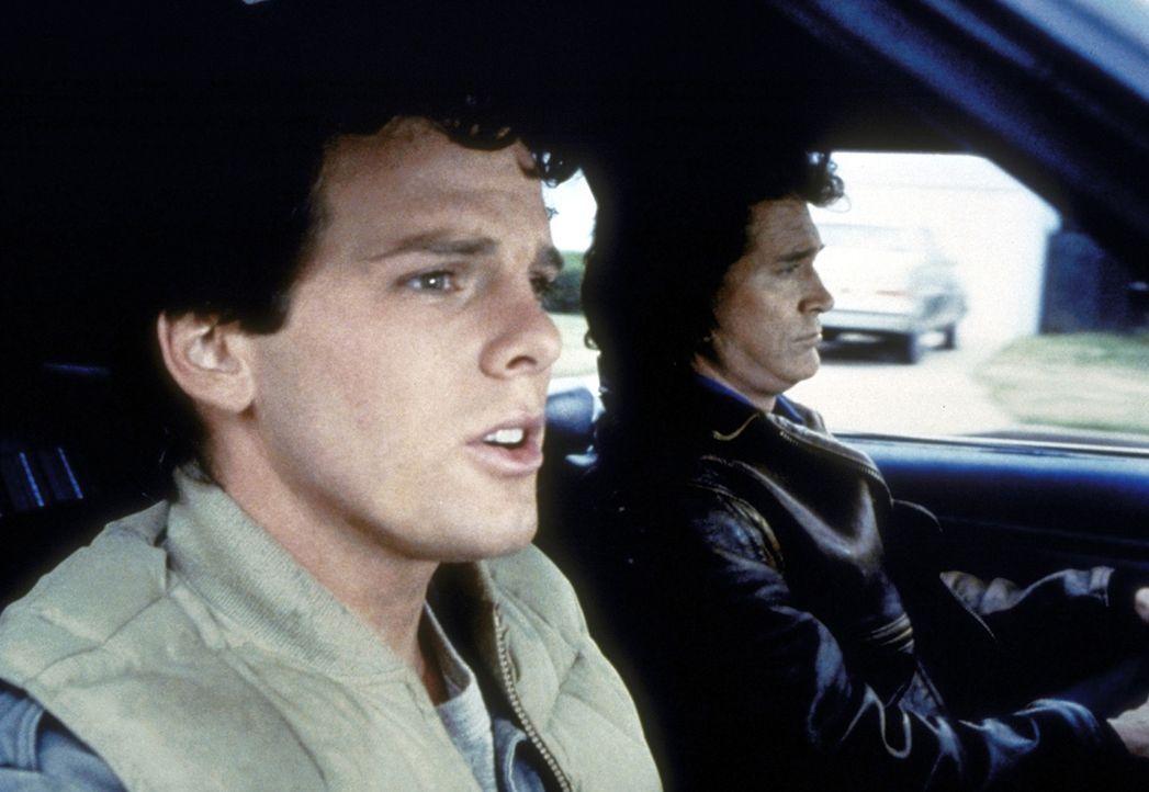 Jonathan (Michael Landon, r.) versucht, Gary (Patrick O'Bryan, l.) dazu zu überreden, sich das Neugeborene einmal anzusehen. - Bildquelle: Worldvision Enterprises, Inc.