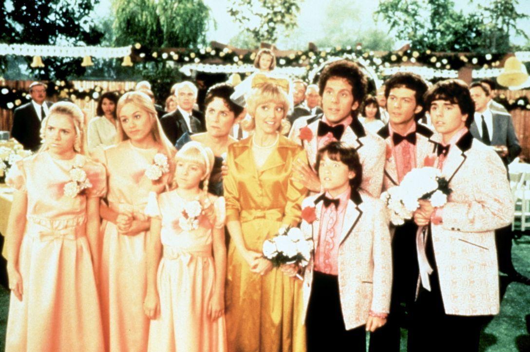 Hochzeitstag bei den Flower-Power-Bradys: Carol (Shelley Long, 5.v.l.), Mike (Gary Cole, 3.v.r.), Marcia (Christine Taylor, 2.v.l.), Jan (Jennifer E... - Bildquelle: Paramount Pictures