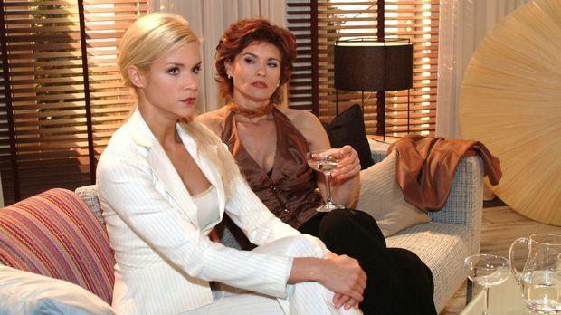 Sabrina (Nina-Friederike Gnädig, l.) fordert von Sophie (Gabrielle Scharnitzk...