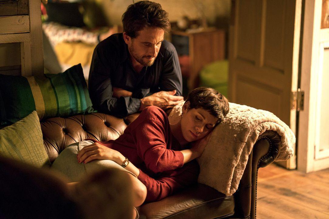 Für Klaus (Oliver Mommsen, l.) ist Charlotte (Jasmin Gerat, r.) viel mehr als nur eine stürmische Affäre. Er würde ihre Beziehung gerne festigen, ab... - Bildquelle: Oliver Vaccaro SAT.1