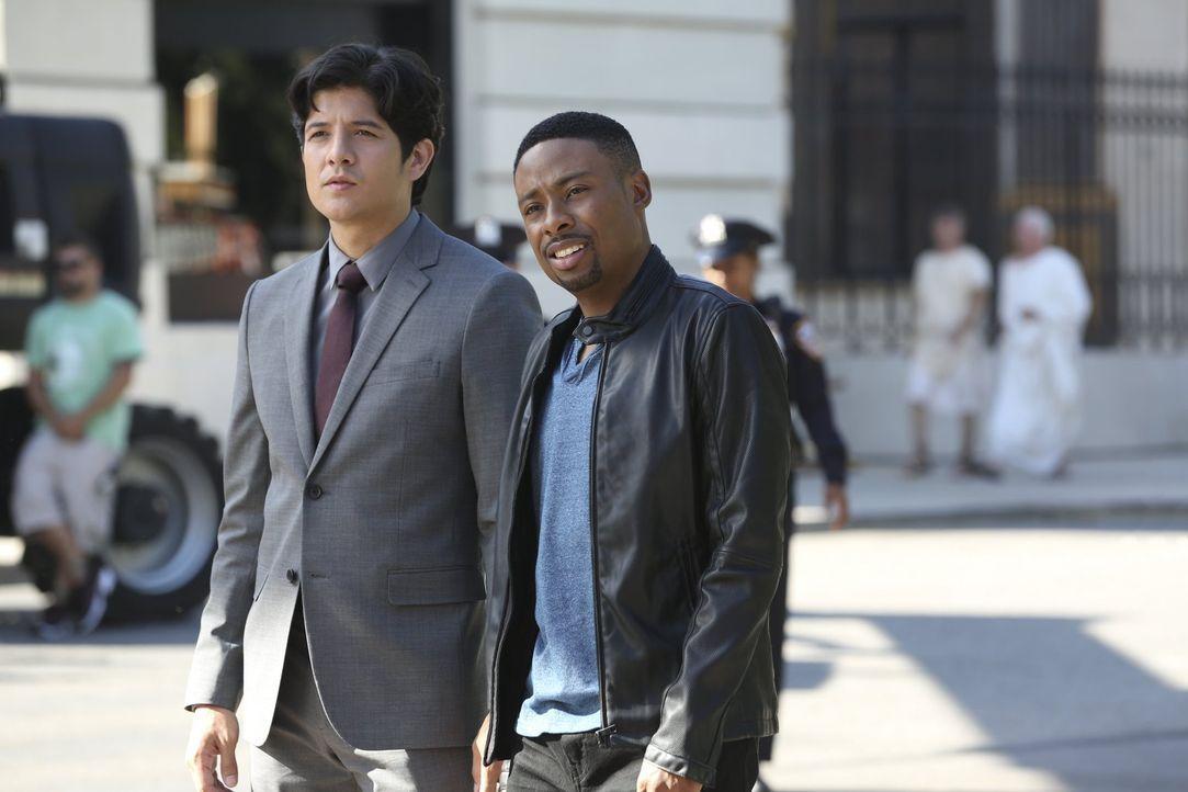 Ermitteln gemeinsam: Detective Carter (Justin Hires, r.) und Detective Lee (Jon Foo, l.) - Bildquelle: Warner Brothers