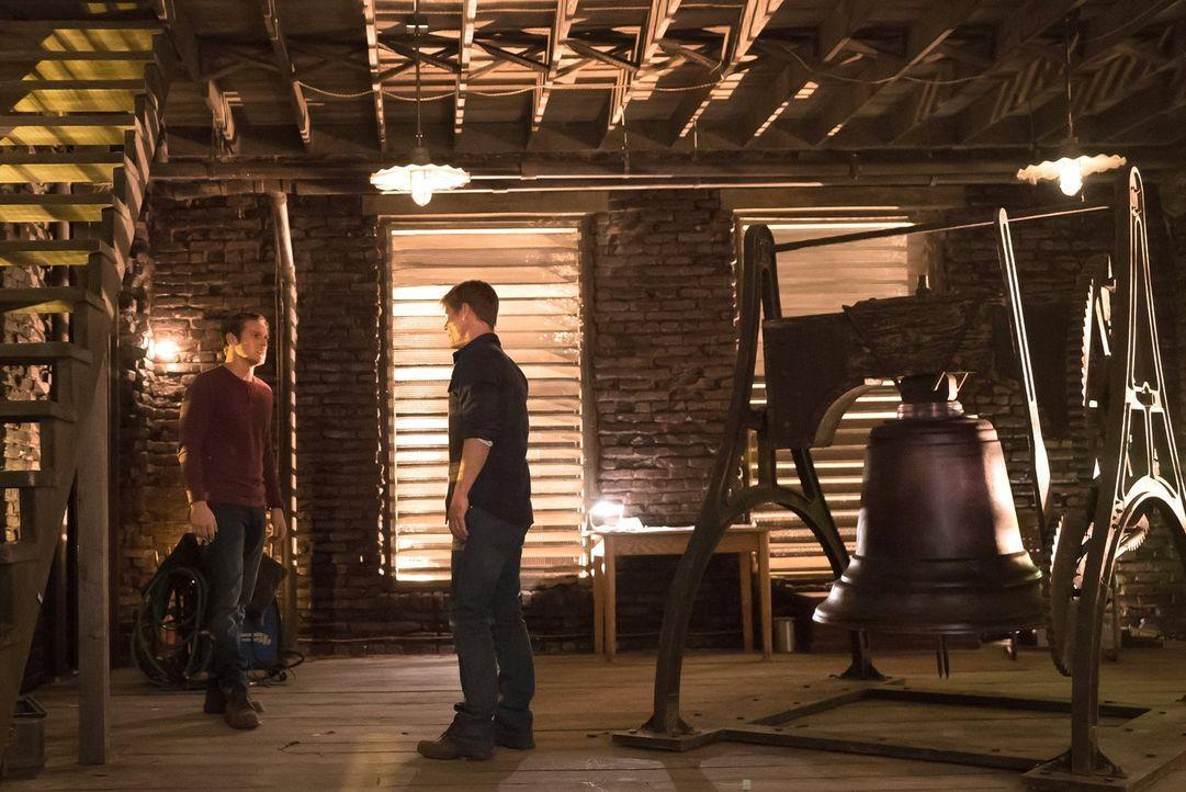 Matt (Zach Roerig, l.) und Peter (Joel Gretsch, r.) werden in den Machkampf der Sirenen hineingezogen und bringen nicht nur ihre eigenen Leben in Ge... - Bildquelle: Warner Bros. Entertainment, Inc.
