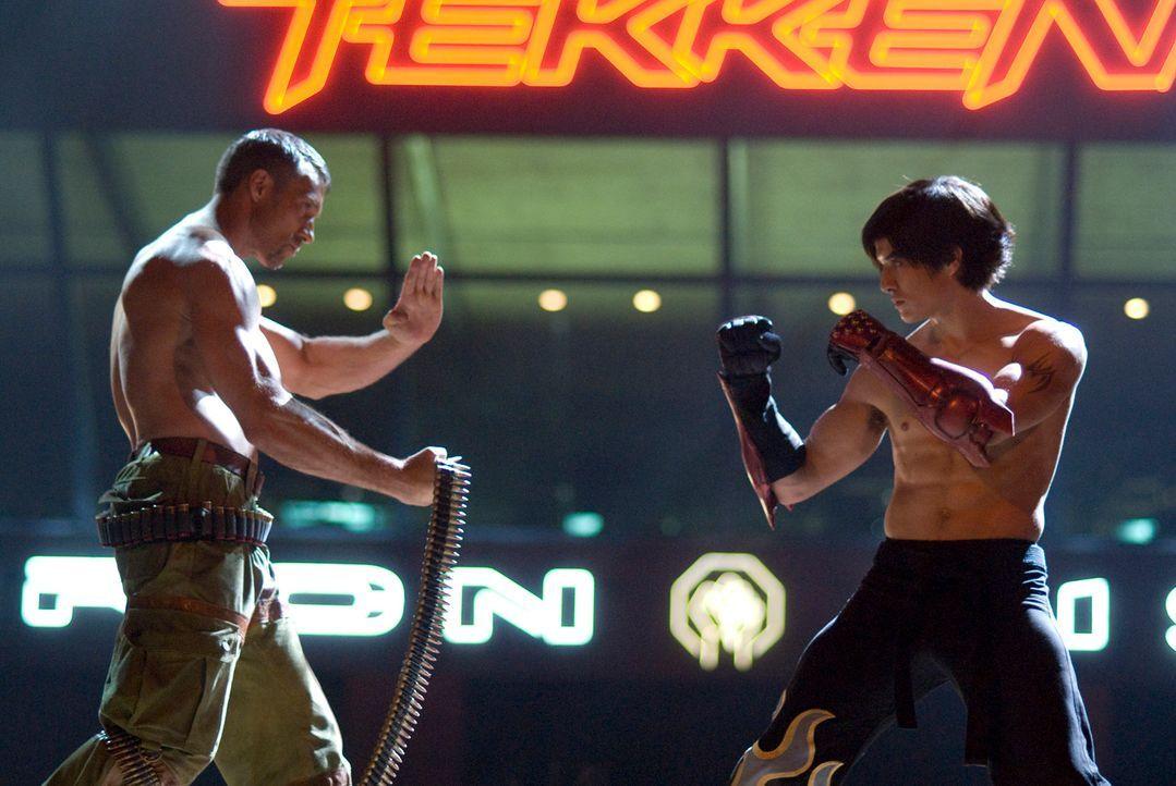 "Um den Tod seiner Mutter zu rächen, muss der Junge Jin (Jon Foo, r.) das ""Iron Fist"" Kampfturnier gewinnen. Doch dazu muss er es schaffen, den eiska... - Bildquelle: 2010 CST PRODUCTIONS, LLC   ALL RIGHTS RESERVED"