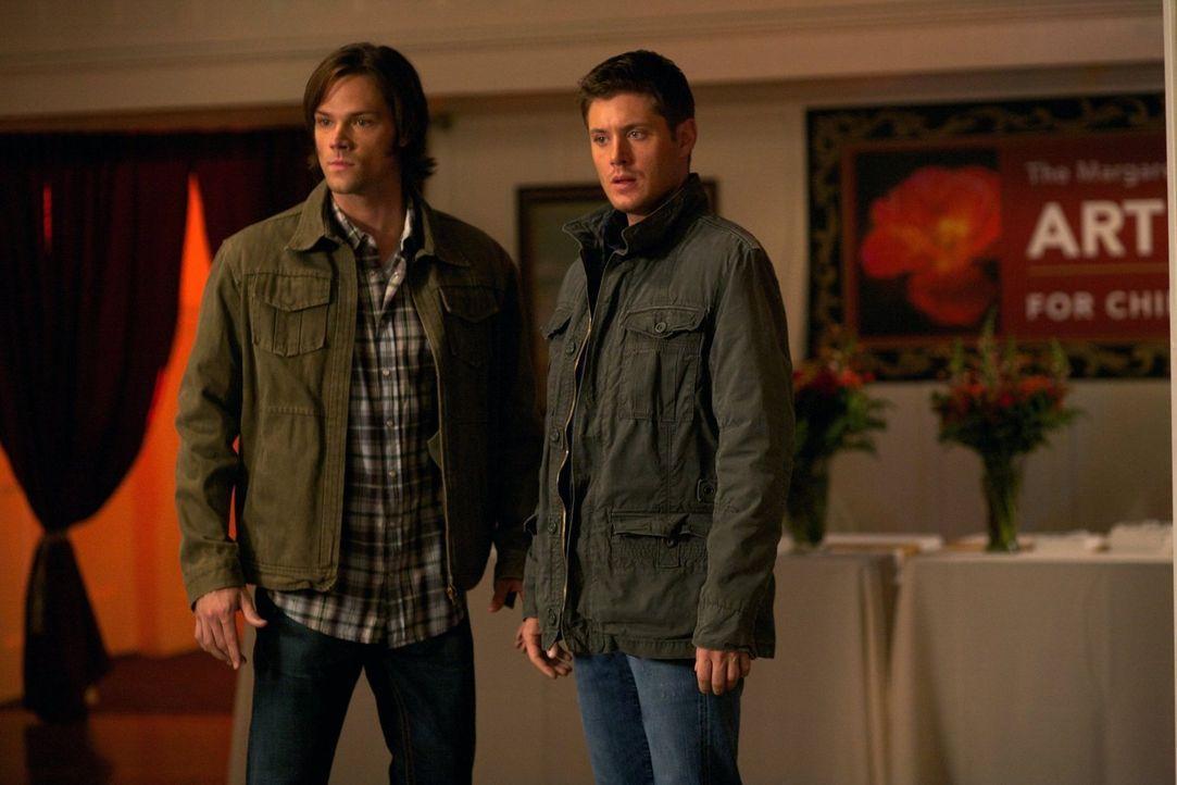 Sind Maggie Stark, einer Hexe, auf der Spur, die einen kleinen Ort tyrannisiert: Sam (Jared Padalecki, l.) und Dean (Jensen Ackles, r.) ... - Bildquelle: Warner Bros. Television
