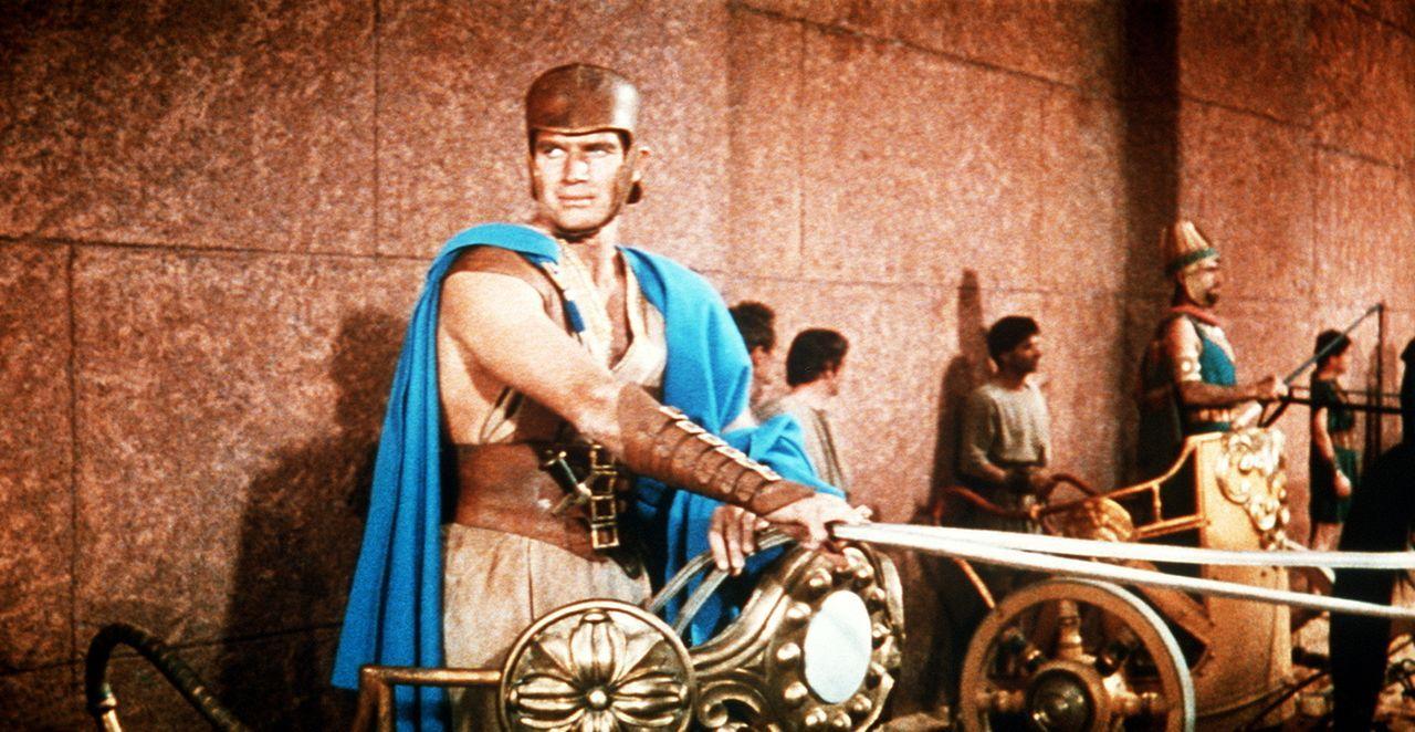 Letzte Vorbereitungen für das große Wagenrennen: Ben Hur (Charlton Heston, l.) will sich unbedingt an Messala rächen ... - Bildquelle: Metro-Goldwyn-Mayer (MGM)