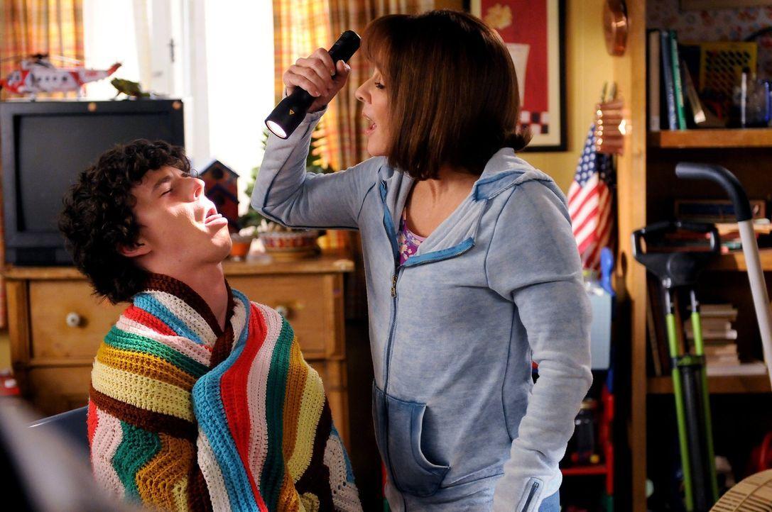 Um sicherzugehen, dass sie ja nicht krank wird und die royale Hochzeit im Fernsehen verpasst, setzt Frankie (Patricia Heaton, r.) bei sich, Axl (Cha... - Bildquelle: Warner Brothers