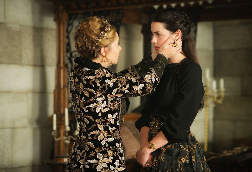 Catherine (Megan Follows, l.) und Mary (Adelaide Kane, r.) müssen erkennen, dass König Charles Narcisse mehr vertraut und folgt, als ihnen. Werden s... - Bildquelle: Sven Frenzel 2016 The CW Network, LLC. All rights reserved.