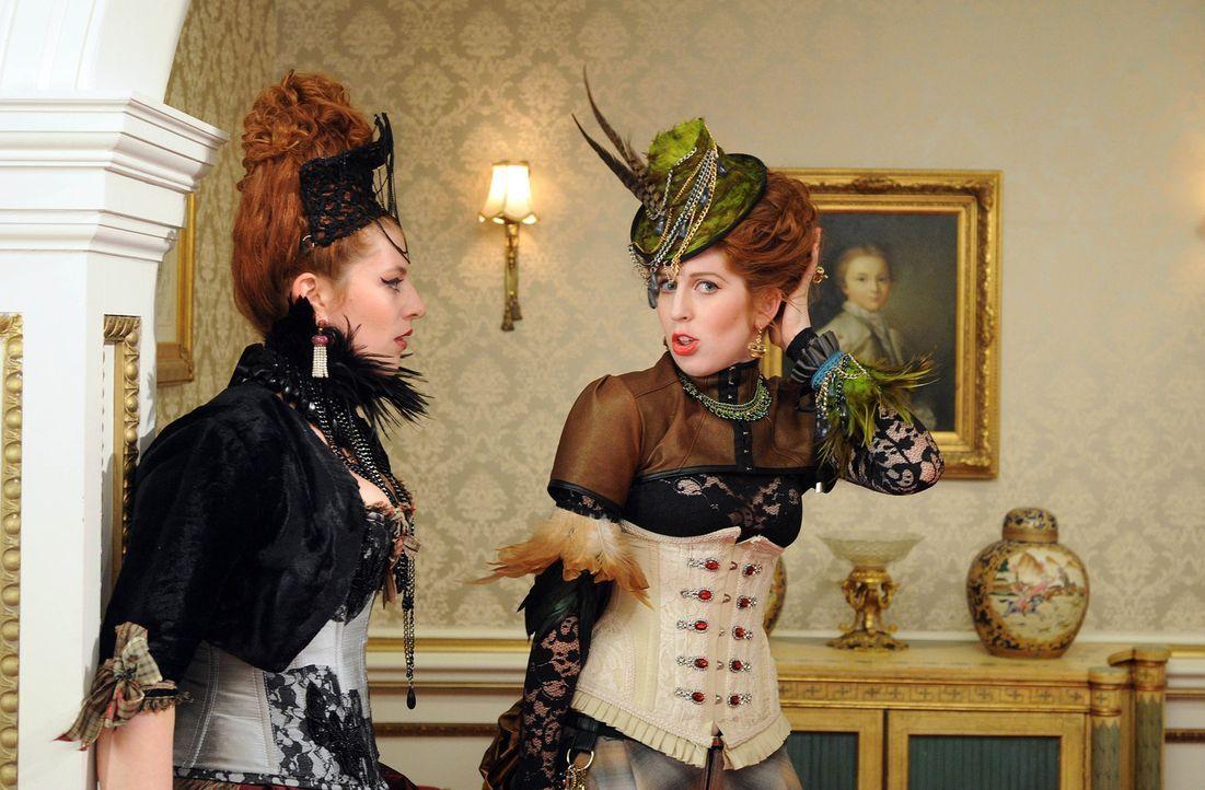 Sehen sich schon auf dem Thron - die Töchter von Cyrus: Prinzessin Maribel (Hatty Preston, r.) und Prinzessin Penelope (Lydia Rose Bewley, l.) ... - Bildquelle: Stuart Wilson 2014 E! Entertainment Media, LLC