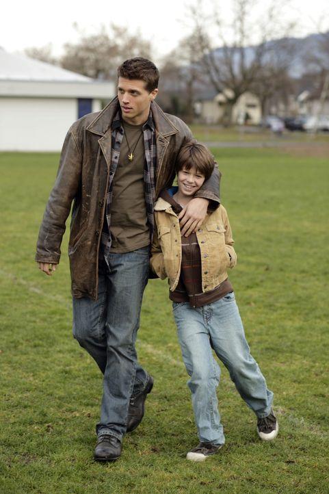 Eine mysteriöse Mordreihe zwingt Sam (Colin Ford, r.) und Dean (Brock Kelly, l.), zu einer ihrer alten Schulen zurückzukehren. Während sie anonym... - Bildquelle: Warner Bros. Television