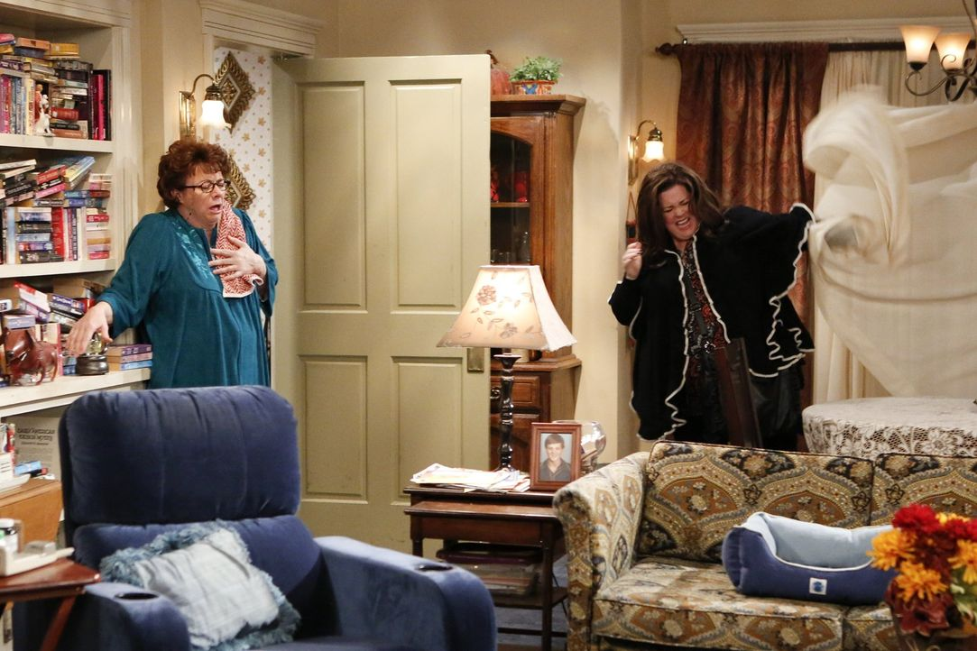 Wenn die Schwiegermutter mit der Schwiegertochter: Das Verhältnis zwischen Peggy (Rondi Reed, l.) und Molly (Melissa McCarthy, r.) ist nicht immer g... - Bildquelle: Warner Brothers