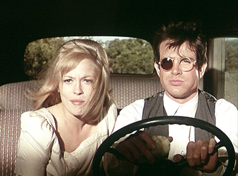 Wie so oft müssen Bonnie (Faye Dunaway, l.) und Clyde (Warren Beatty, r.) vor den Gesetzeshütern fliehen ... - Bildquelle: Warner Bros.