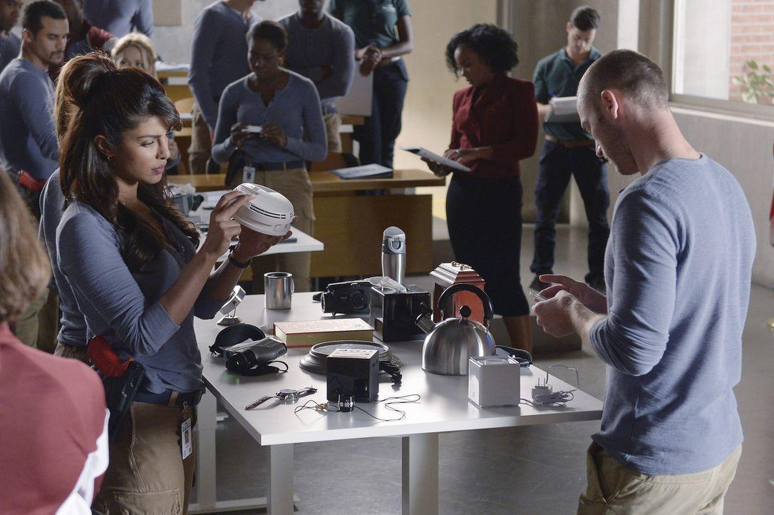 Müssen lernen, wie man Menschen überwacht: die Rekruten Alex (Priyanka Chopra, l.) und Ryan (Jake McLaughlin, r.) ... - Bildquelle: Philippe Bosse 2015 ABC Studios