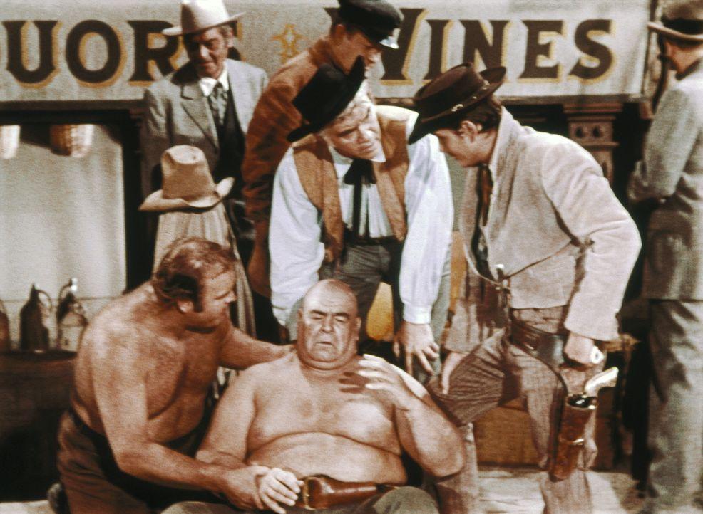 """Ein Cowboy berichtet Ben (Lorne Greene, hinten M.), Hoss (Dan Blocker, l.) und """"Little Joe"""" (Michael Landon, r.) von seinem traumatischen Erlebnis ... - Bildquelle: Paramount Pictures"""