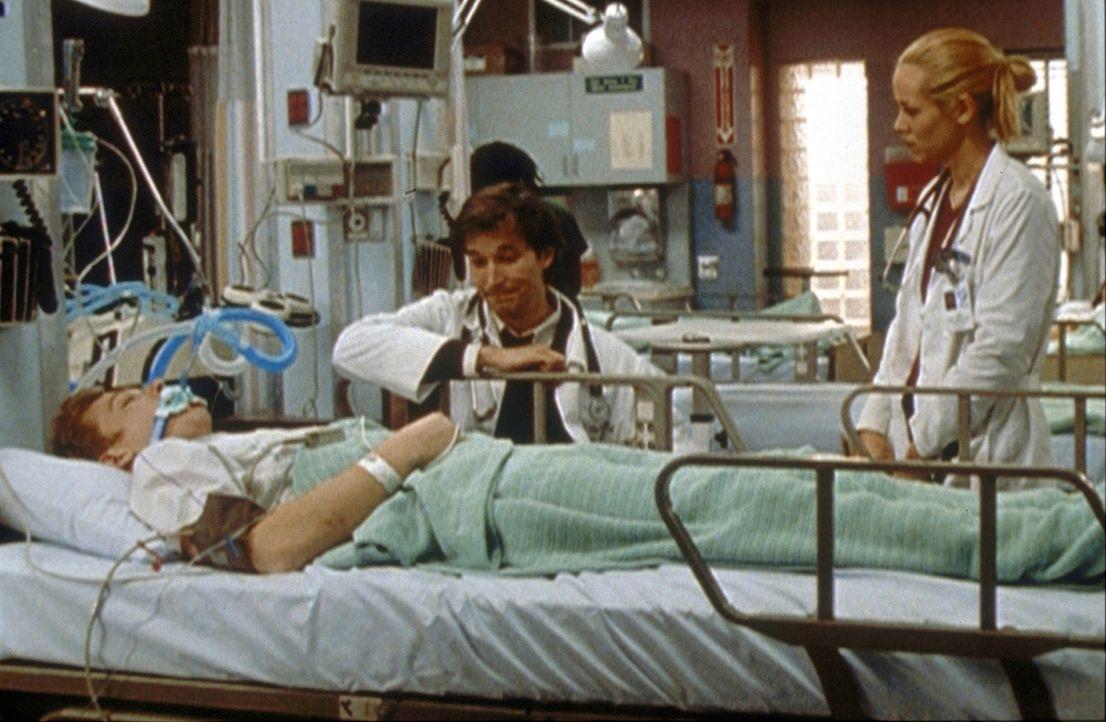 Carters Cousin Chase (Jonathan Scarfe, l.) wird mit einer Überdosis Heroin eingeliefert; sein Zustand ist hoffnungslos. Seine Großeltern machen Cart... - Bildquelle: TM+  2000 WARNER BROS.