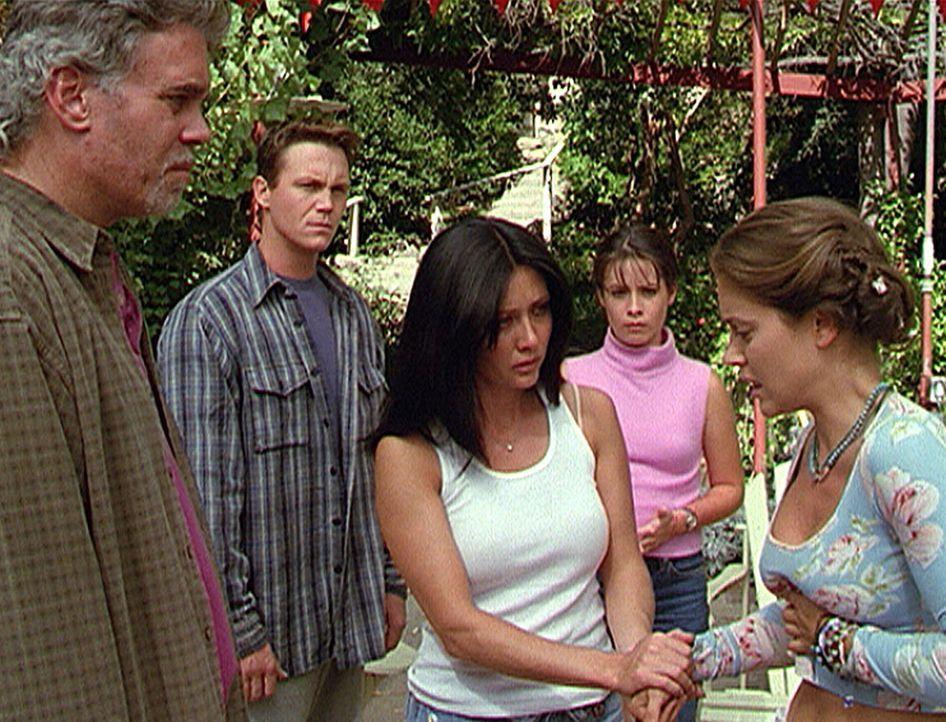 Phoebe (Alyssa Milano, r.) erlebt in einer Vision den Tod ihrer Mutter. Auch Sam (Scott Jaeck, l.), der für ihren Schutz verantwortlich war, konnte... - Bildquelle: Paramount Pictures