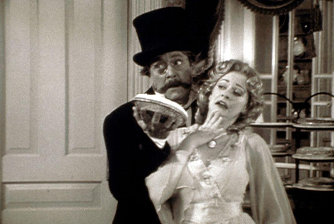 Sabrina (Melissa Joan Hart, r.) und ihre Tante Hilda wollen Zelda den Abend mit Mr. Willard Kraft (Martin Mull, l.) nicht verderben und belegen sich... - Bildquelle: Paramount Pictures
