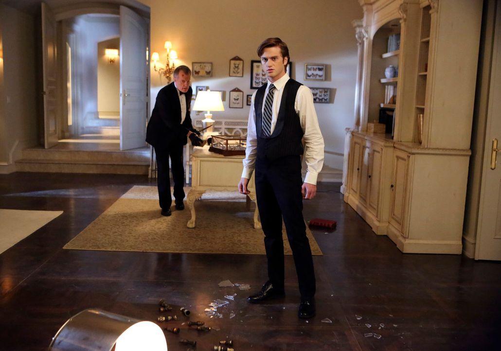 Rückblick: Eddie (Eddie Hassell, r.) war zur falschen Zeit am falschen Ort und wurde deshalb für die Tat von Phillipe (Stephen Collins, l.) beschuld... - Bildquelle: ABC Studios