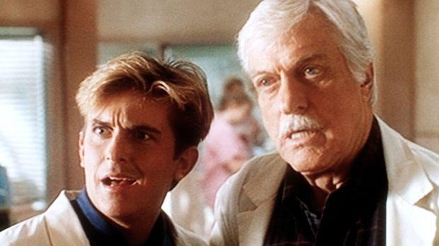 Jesse (Charlie Schlatter, l.) und Mark (Dick Van Dyke, r.) bekommen überrasch...