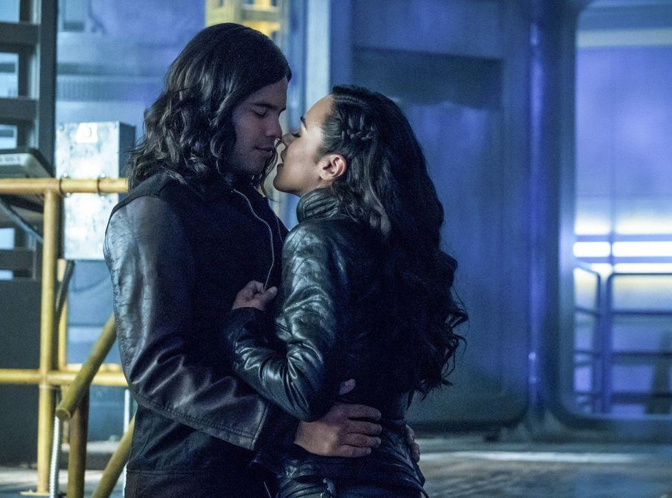 Hat die Liebe von Cisco (Carlos Valdes, l.) und Gypsy (Jessica Camacho, r.) eine Chance, wenn Gypsys Vater extra aus einer anderen Welt anreist, um... - Bildquelle: 2017 Warner Bros.