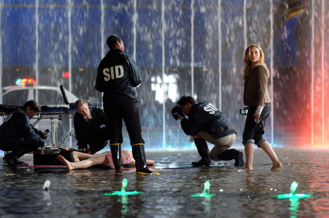 Eine junge Studentin wird ermordet. Am Tatort entdecken Beth (Sophia Myles, r.) und Leutnant Davis (Brian J. White), dass das Opfer eine Bisswunde h... - Bildquelle: Warner Brothers