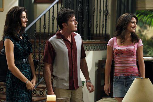 Two and a Half Men - Charlie (Charlie Sheen, M.) trifft seine Ex-Verlobte Mia...