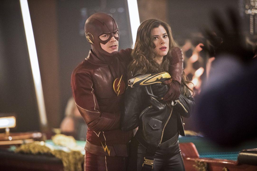 Hat Barry alias The Flash (Grant Gustin, l.) eine Chance gegen Lisa Snart alias Golden Glider (Peyton List, r.) und ihre Komplizen, nachdem diese ei... - Bildquelle: Warner Brothers.