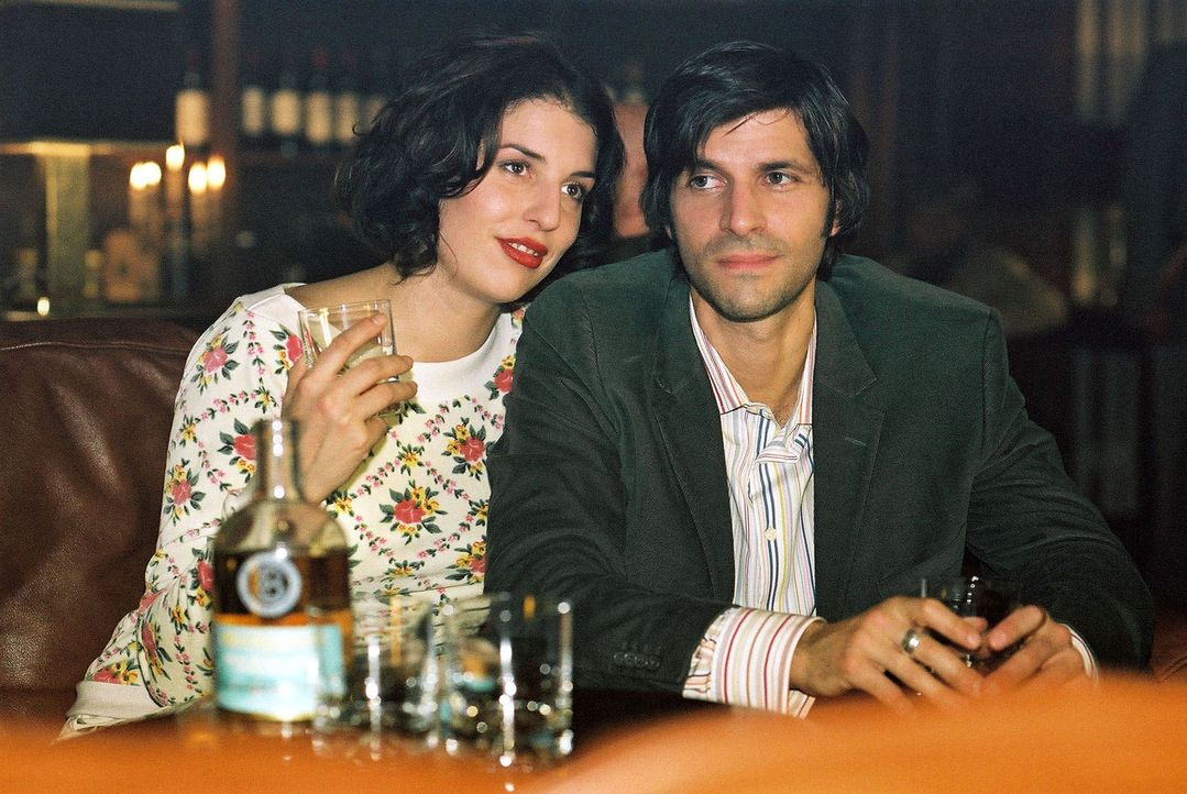 Annabelle (Elena Uhlig, l.) lässt sich von Daniel (Pasquale Aleardi, r.) in die Welt des Whiskys einführen. Der Abend endet mit einem Blackout des F... - Bildquelle: Gordon Mühle Sat.1