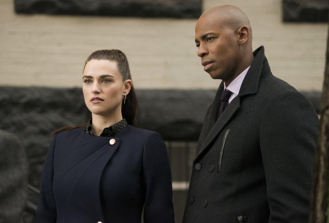 Lena (Katie McGrath, l.) wird beschuldigt, für den Anschlag auf Morgan Edge verantwortlich zu sein, doch James (Mehcad Brooks, r.) steht ihr zur Sei... - Bildquelle: 2017 Warner Bros.