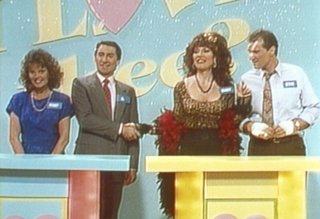 Al (Ed O'Neill, r.) und Peggy (Katey Sagal, 2.v.r.) sind die großen Gewinner in einer Gameshow - bis Steve (David Garrison) und Marcy (Amanda Bearse... - Bildquelle: Sony Pictures Television International. All Rights Reserved.
