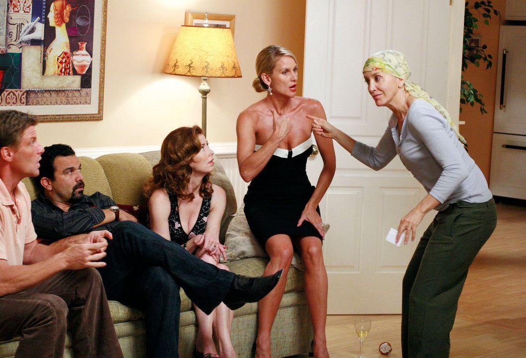 Lynette (Felicity Huffman, r.) schreckt während eines Spiels nicht davor zurück, sich über Edies (Nicollette Sheridan, 2.v.r.) Selbstmordversuch lus... - Bildquelle: ABC Studios