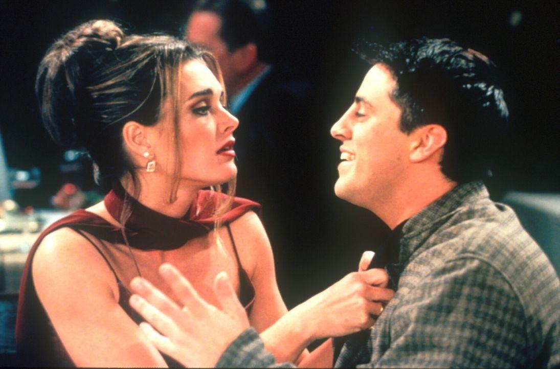 Die bildhübsche Erica (Brooke Shields, l.), ein Fan von Joey (Matt LeBlanc, r.), wird ziemlich lästig für ihn. - Bildquelle: TM+  2000 WARNER BROS.