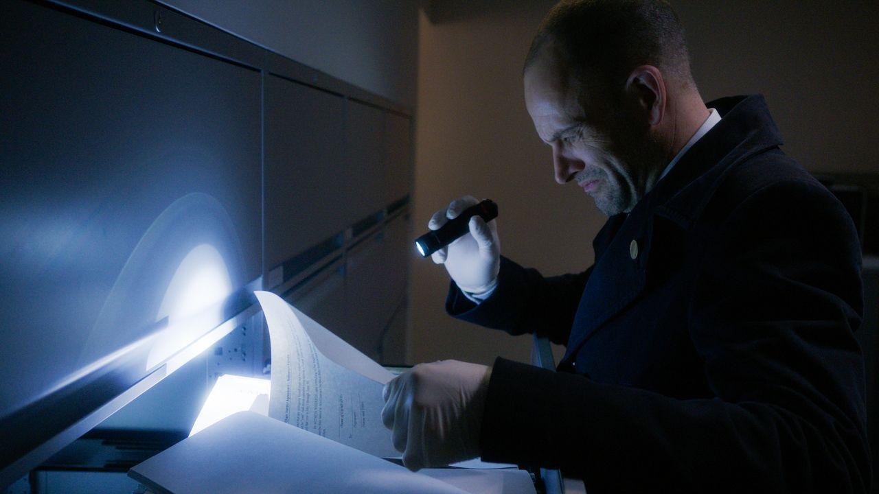 Wie hängen vergangene London-Mordfälle mit einer aktuellen Regierungs-Verschwörungstheorie zusammen? Sherlock (Jonny Lee Miller) ermittelt gemeinsam... - Bildquelle: 2016 CBS Broadcasting, Inc. All Rights Reserved