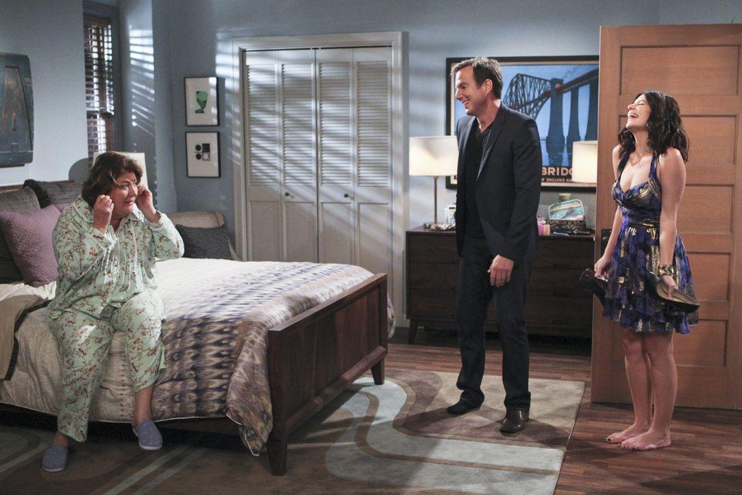 Im selben Haus wie seine Mutter Sex zu haben, ist Nathan (Will Arnett, M.) unangenehm. Kurzerhand beschließt er, Beth (Casey Wilson, r.) wieder nac... - Bildquelle: 2013 CBS Broadcasting, Inc. All Rights Reserved.