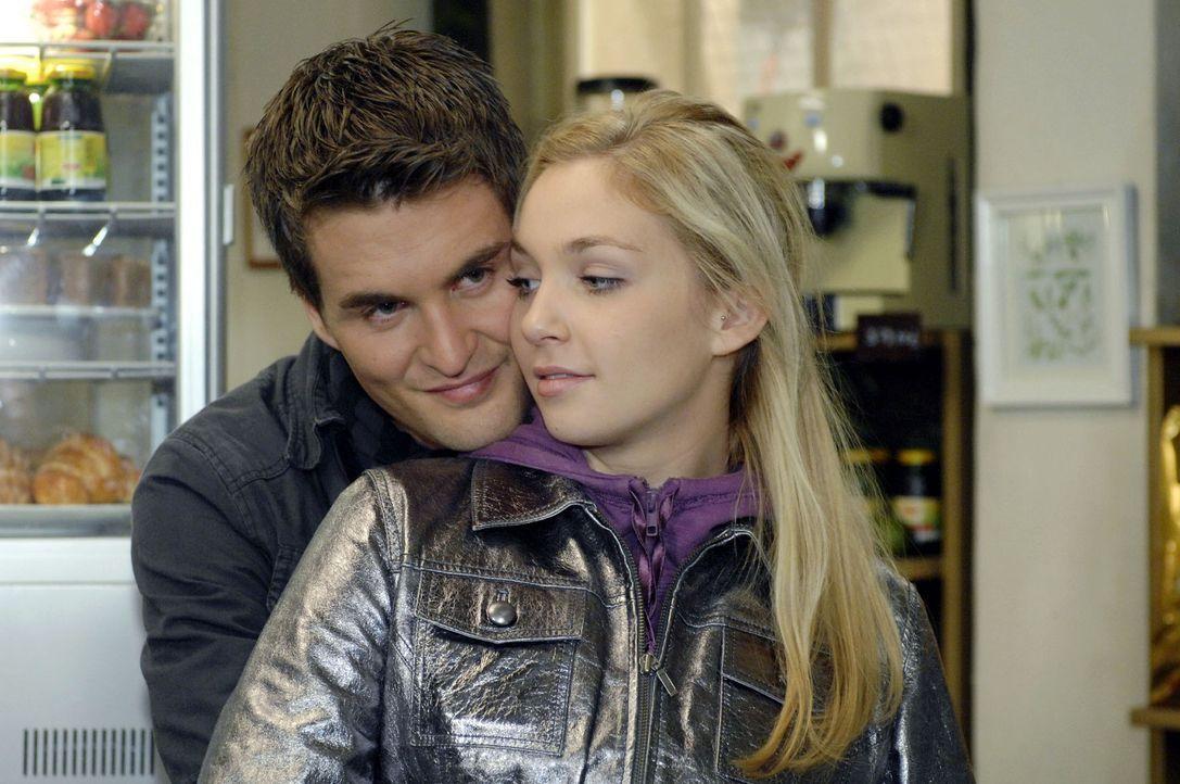 Lars (Alexander Klaws, l.) ist überglücklich, dass Lily (Jil Funke, r.) wieder da ist. - Bildquelle: Oliver Ziebe Sat.1