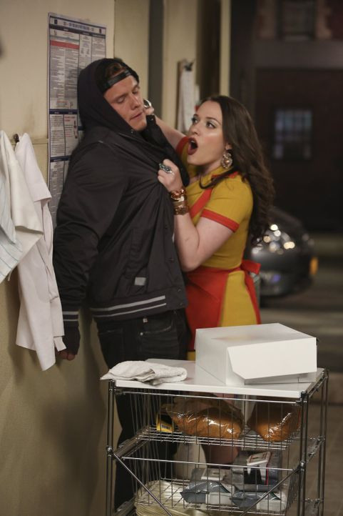 Weil bei Max (Kat Dennings, r.) und Caroline die Kunden plötzlich ausbleiben, geht Max der Sache auf den Grund. Schließlich soll Cronut Craig (Tony... - Bildquelle: Warner Brothers