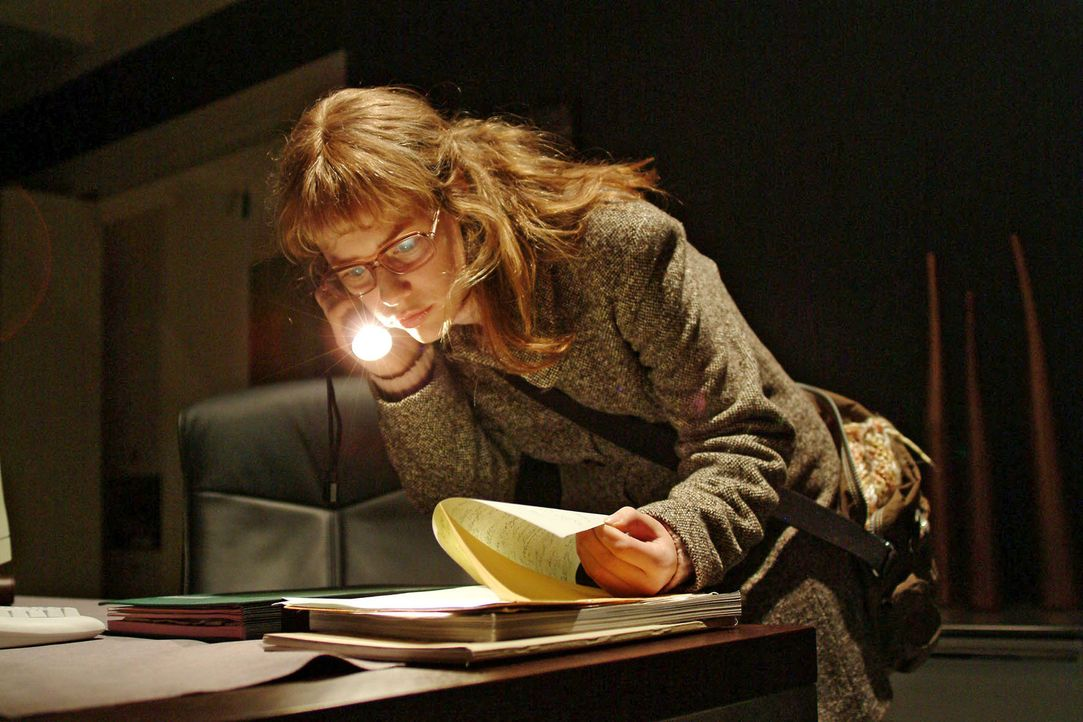 Lisa (Alexandra Neldel) schleicht sich heimlich nach Feierabend in Richards Büro, um aus seinen Unterlagen Informationen über die Firmenpräsentation... - Bildquelle: Monika Schürle Sat.1