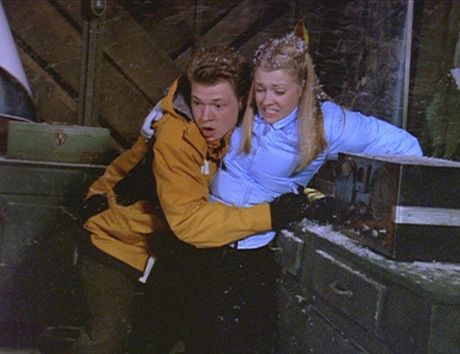 Blöde Idee: Sabrina (Melissa Joan Hart, r.) und Harvey (Nate Richert) klettern auf einen maroden Aussichtsturm ... - Bildquelle: Paramount Pictures