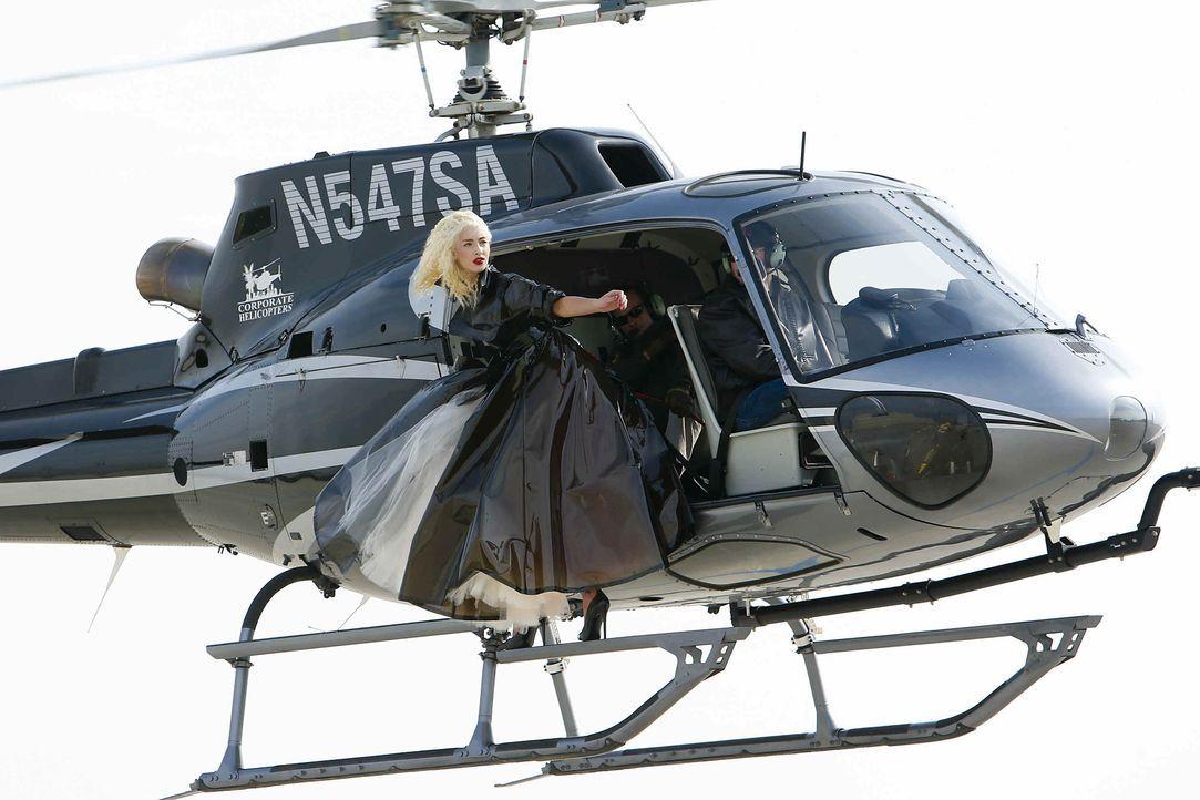 GNTM-Stf10-Epi06-Helikopter-Shooting-81-Chiara-ProSieben-Richard-Huebner - Bildquelle: ProSieben/Richard Huebner