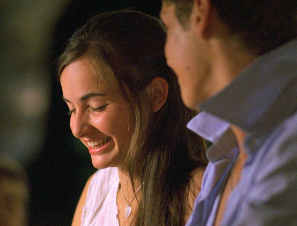 Valerie (Paula Schramm, l.) spielt mit einem Jungen am Klavier - dieser Anblick gefällt Hendrik gar nicht ... - Bildquelle: Constantin Film
