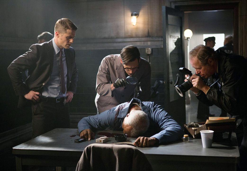 Als ein wichtiger Mordzeuge bei einer Polizeibefragung plötzlich tot aufgefunden wird, glaubt Jim Gordon (Ben McKenzie, l.), dass einer seiner Kolle... - Bildquelle: Warner Bros. Entertainment, Inc.