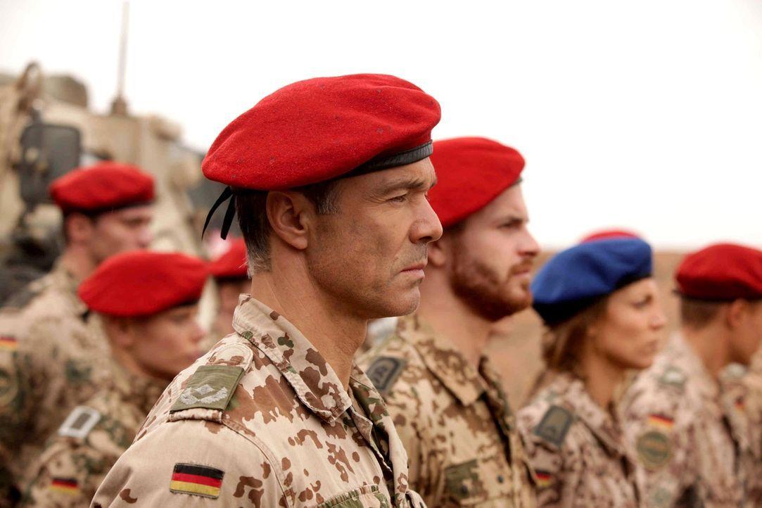 """""""Wir sind Soldaten, fragen nie warum, sondern nur wohin!"""": Major Müller (Hannes Jaenicke, l.) kennt die Regeln der Bundeswehr und erwartet, dass si... - Bildquelle: Sife Ddine ELAMINE ProSieben"""