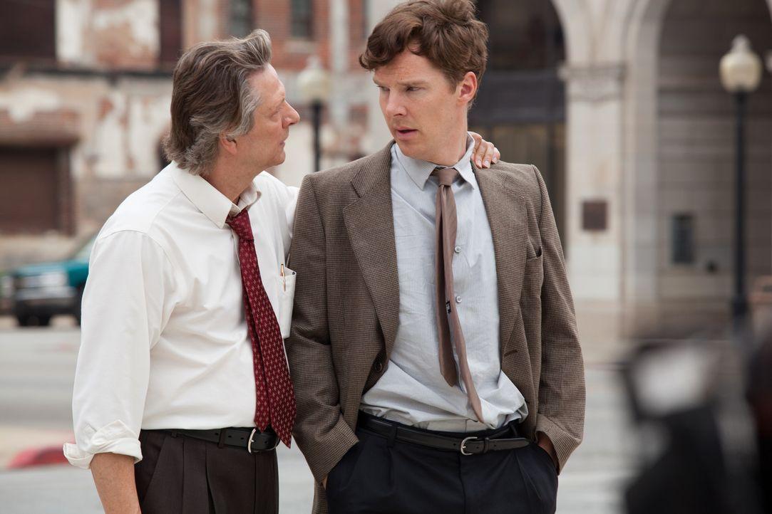 """Nachdem sein Onkel Beverly verstorben ist, schafft """"Little Charles"""" (Benedict Cumberbatch, r.) es natürlich nicht pünktlich zur Beerdigung, weil er... - Bildquelle: Claire Folger TOBIS FILM"""
