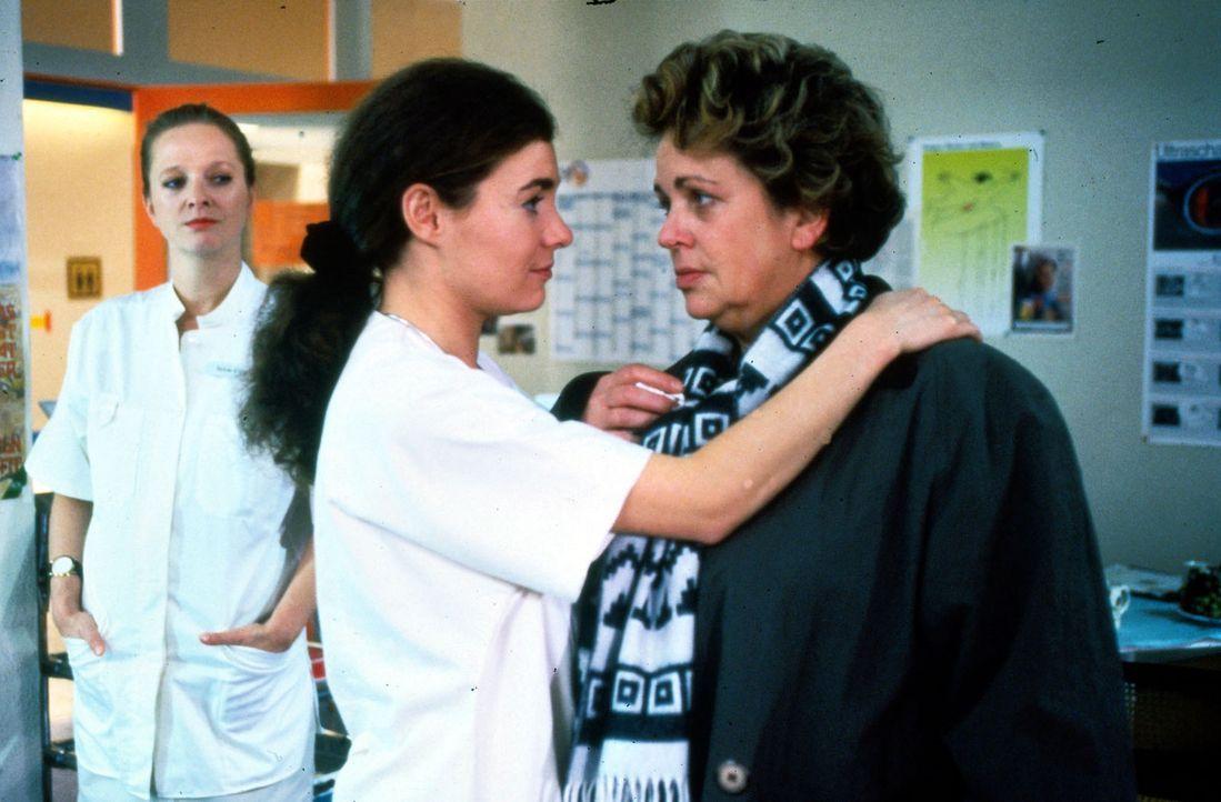 Stefanie (Kathrin Waligura, M.) versucht die Stationsschwester Klara (Walfriede Schmitt, r.) zu einer Aussprache zu bringen. Seit dem Tod ihres Mann... - Bildquelle: Noreen Flynn Sat.1